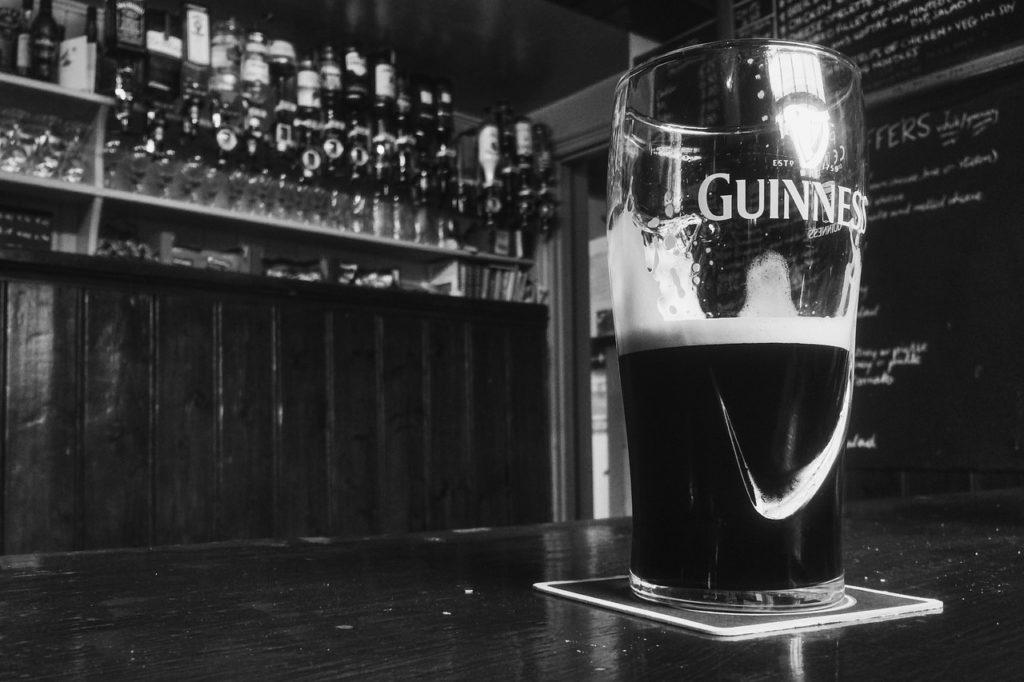 Boire une Guinness dans un pub de Dublin.