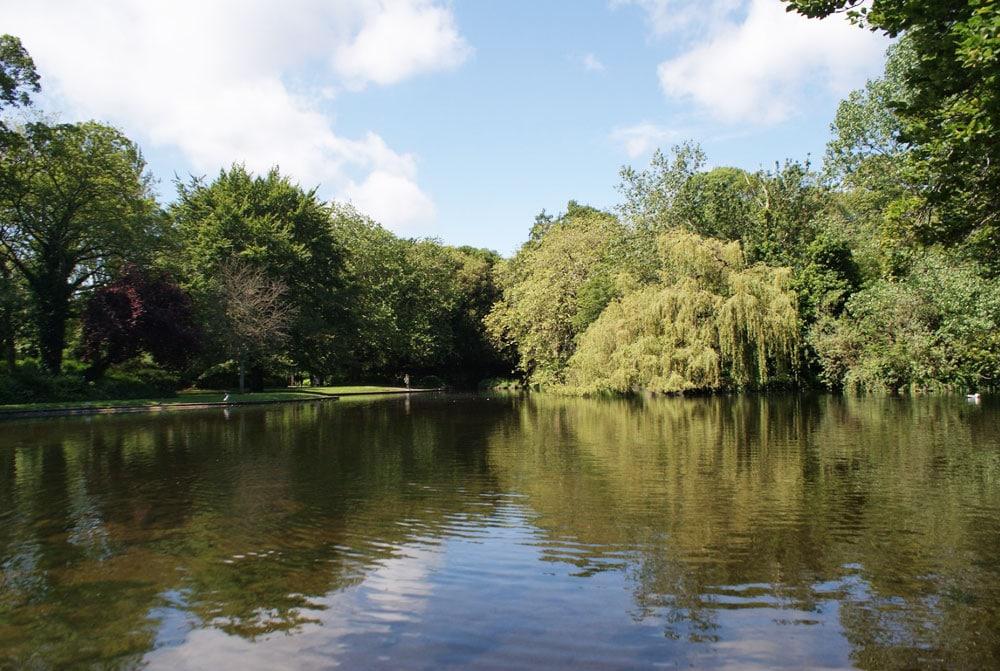 Lac dans le jardin Stephen's Green à Dublin.
