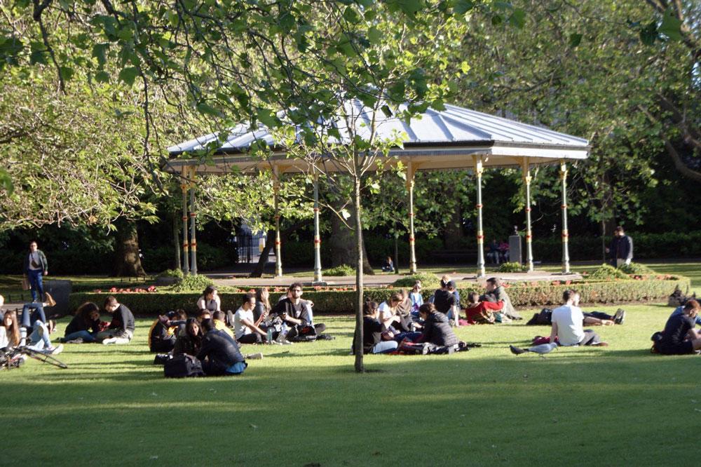 Pelouse dans le jardin Stephen's Green à Dublin.