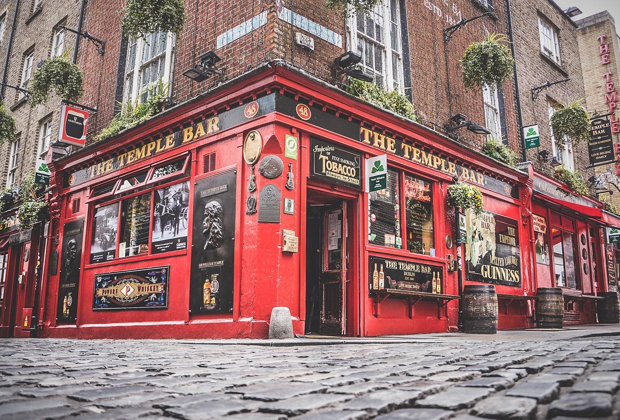Quartier de Temple Bar à Dublin : Rue de la soif très touristique