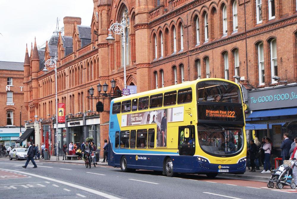 Bus à 2 etages à l'entrée de George's Street Arcade dans le centre de Dublin.