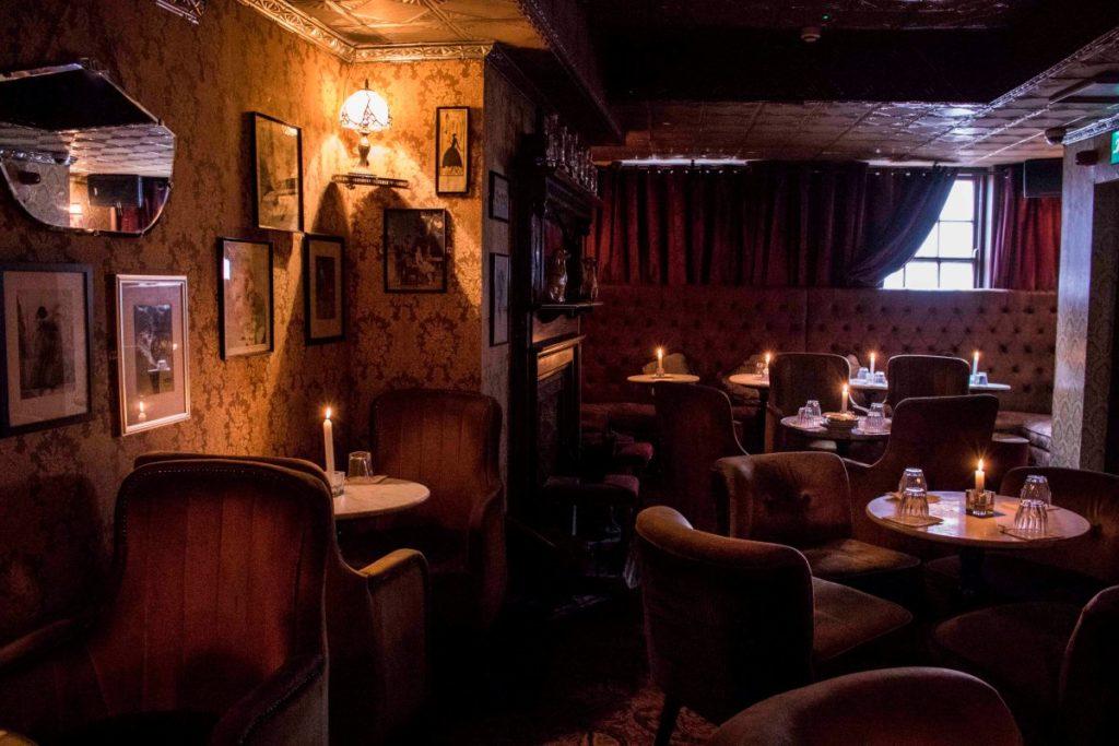 Rendez-vous cosy et insolite au Vintage Cocktail Club à Dublin.