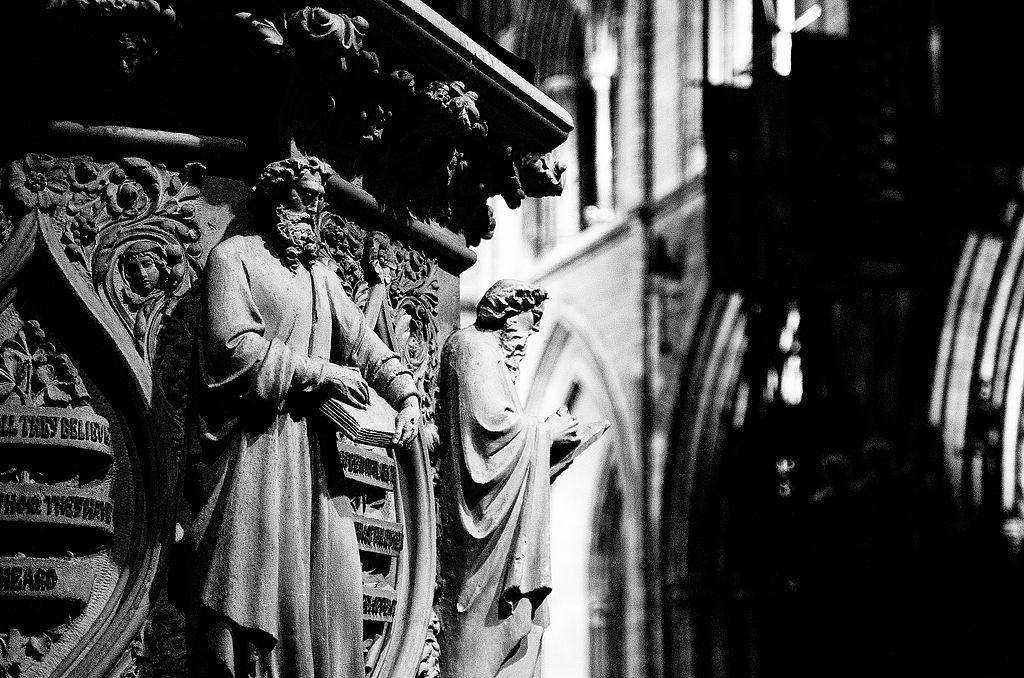 Sculptures sur les colonnes de la cathédrale St Patrick à Dublin - photo de Rob Hurson