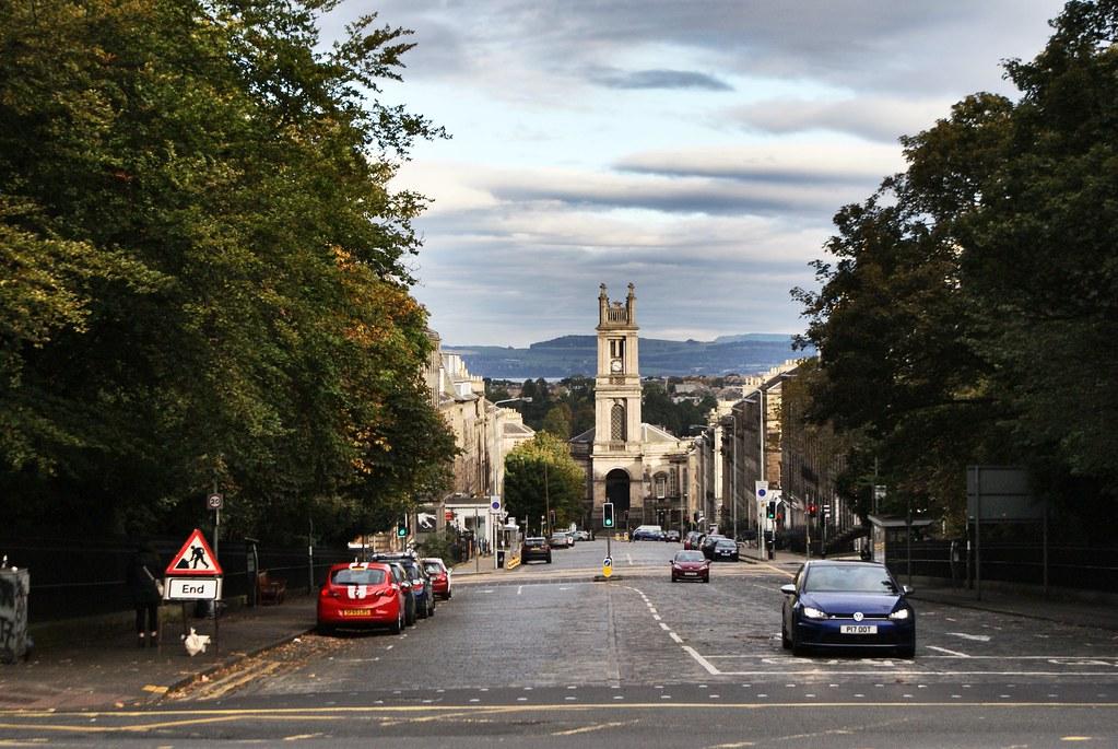 En pente douce vers le beau quartier de Stockbridge à Edimbourg.