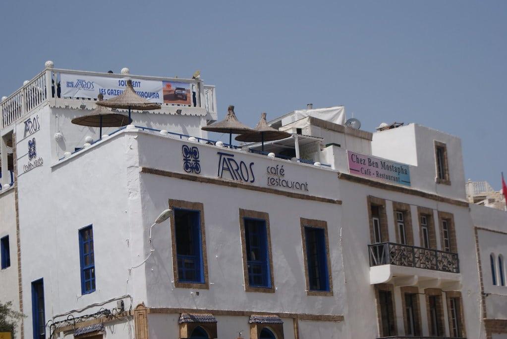 > Terrasse du Taros, bar et concert agréable avec une vue plongeante sur le port et les toits de la Médina d'Essaouira.