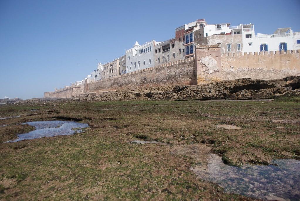 > La cité d'Essaouira au Maroc (côte Atlantique) derrière ses fortifications portugaises.