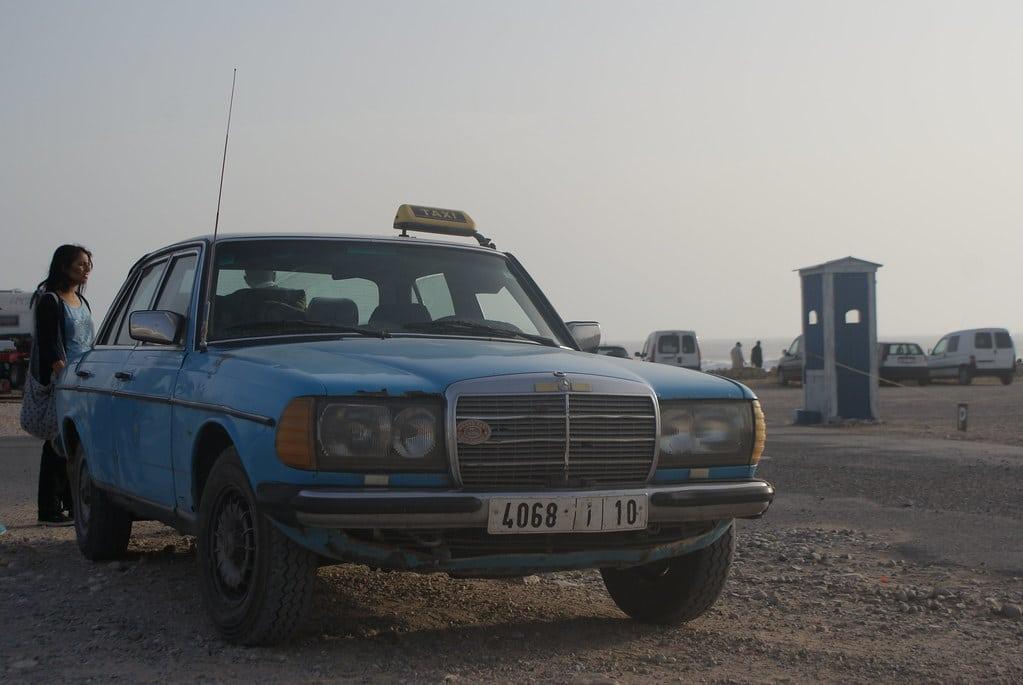 > Grand taxi sur la plage de Sidi Kawi près d'Essaouira. A l'extérieur et à l'intérieur plus bas.