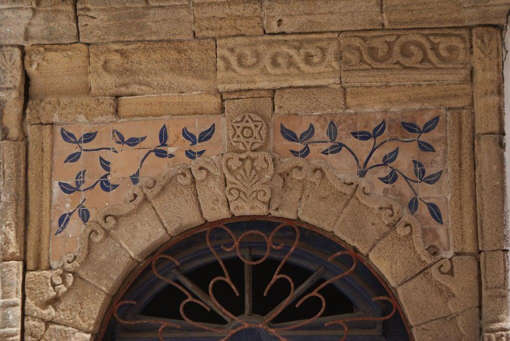 > Détails d'une porte d'Essaouira avec une étoile de David : Symbole religieux chez les Juifs et les Berberes.