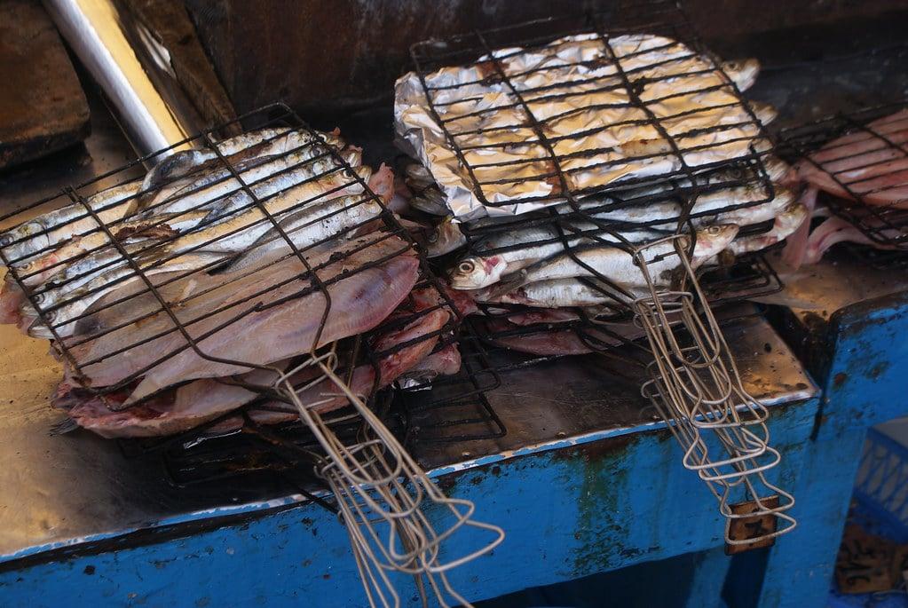 Grillade de poissons sur le port d'Essaouira.