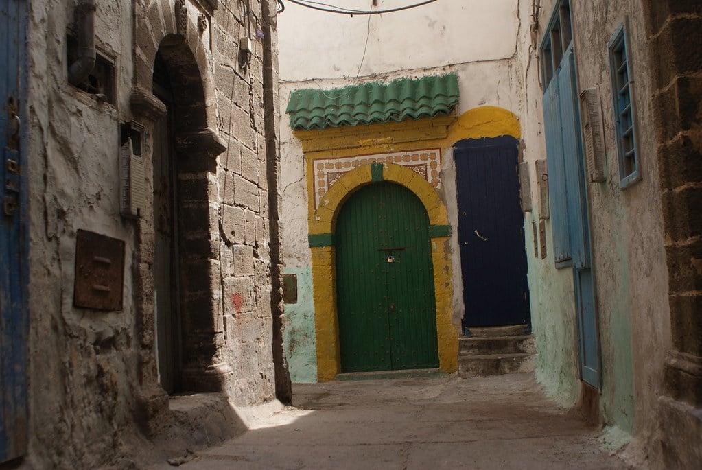> Belles couleurs et motifs vous attendent à chaque coin de rue dans la médina d' Essaouira.