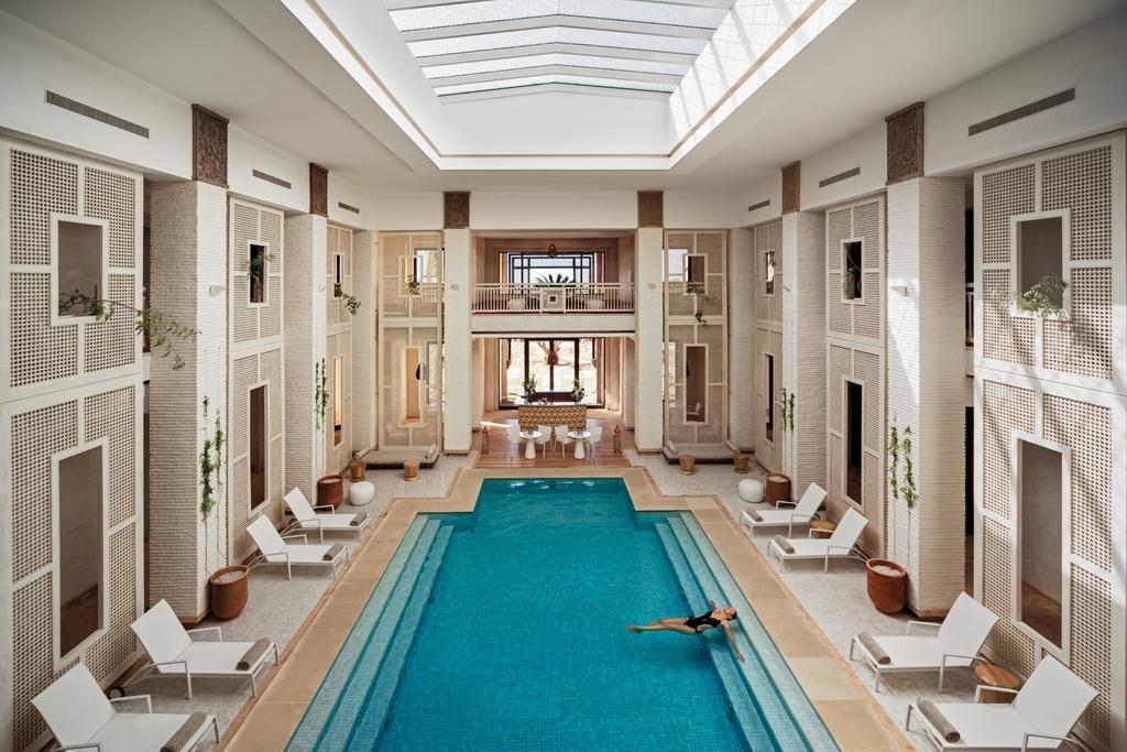 Piscine intérieure de l'hôtel Fairmont Royal Palm à Marrakech.