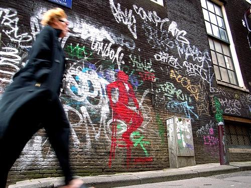 Graffiti illustrant une prostituée sur un tabouret à Amsterdam par Antifluor@Flickr
