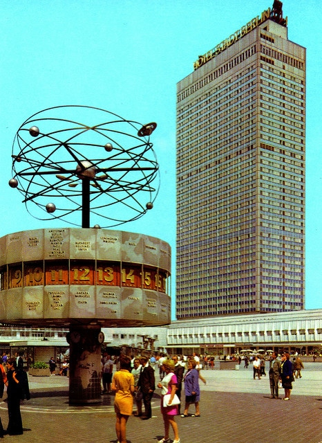 Carte postale communiste de l'Alexanderplatz - par world of andrew woodyatt@Flickr