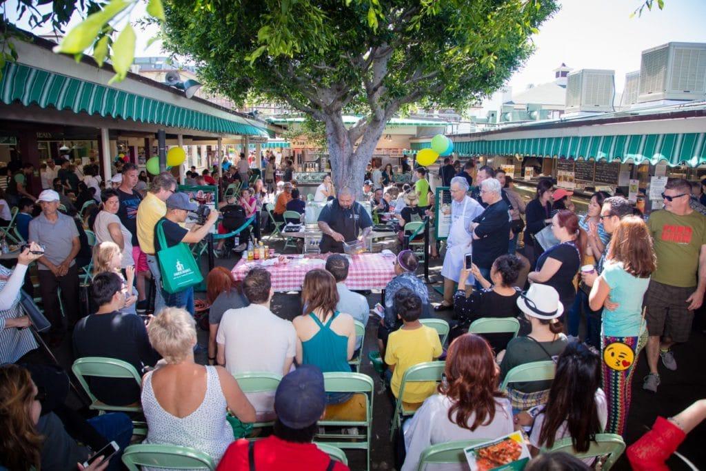 Demonstration de produits au Farmers Market à Los Angeles.