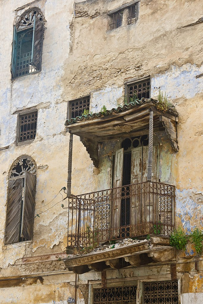 Balcon et fenetre sur la rue typique des habitations juives du Mellah à Fès. Photo de Mike Prince.
