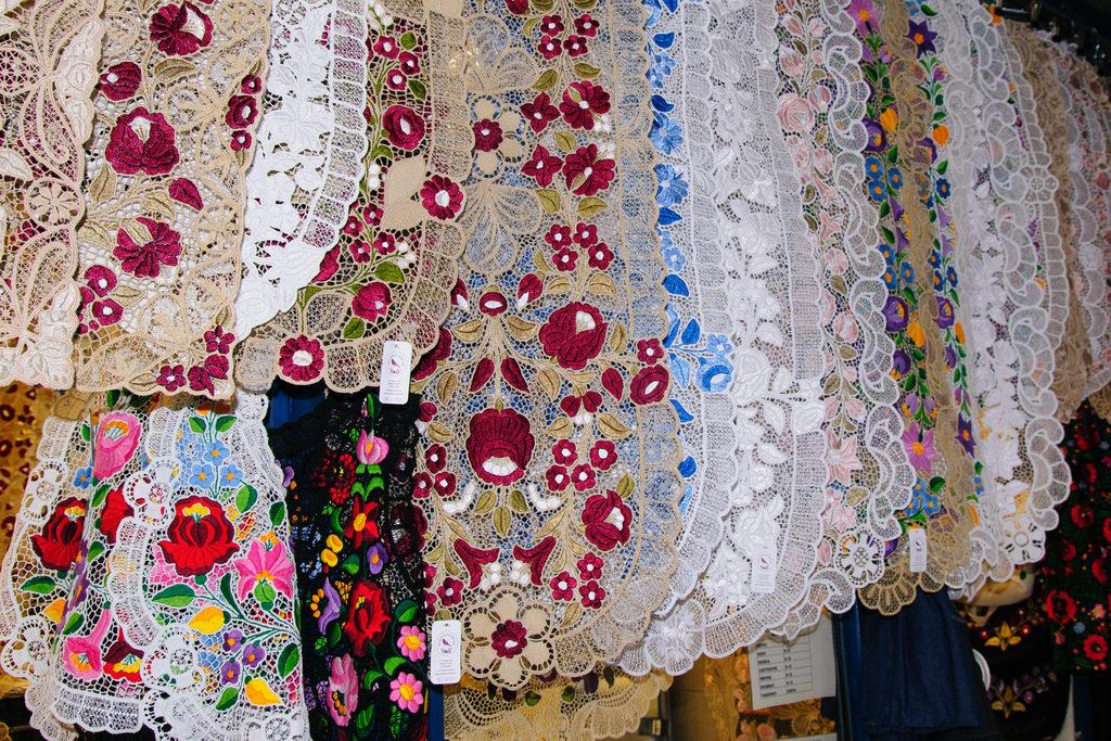 Shopping à Budapest : Dentelles traditionnelles à motif floral.