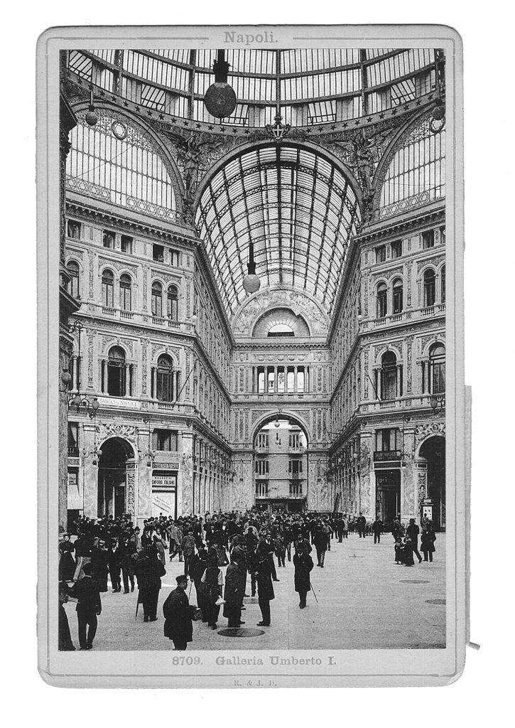 A l'intérieur de la Galerie Umberto I à Naples vers 1900 - Photo de Römmler