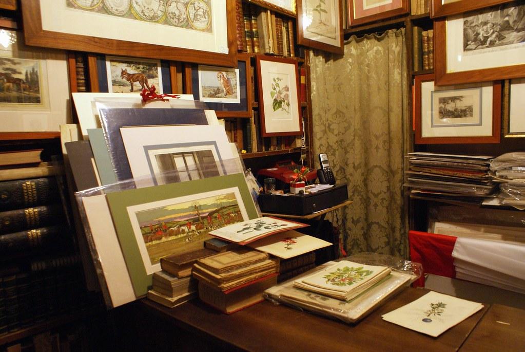 Insolite : Dans la librairie de livres anciens Dallai à Gênes. Vous trouverez aussi des illustrations et d'anciennes cartes et dessins botaniques.