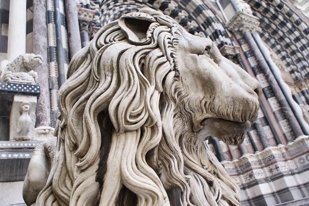 Lion monumental devant la cathedrale San Lorenzo à Gênes.