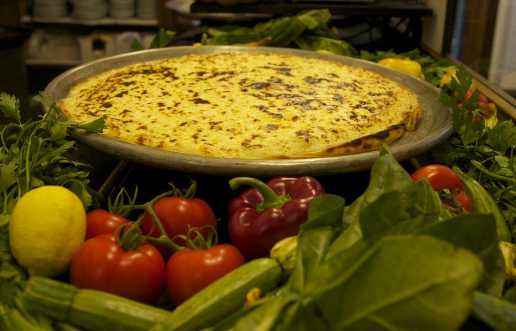 Farinata à découvrir à Sa Pesta, un monument de la culture culinaire de Gênes.