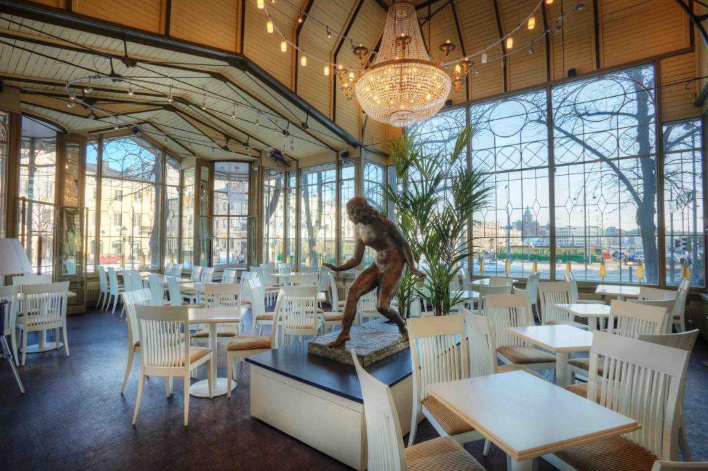 Café insolite à Helsinki : Kappeli c'est chic.