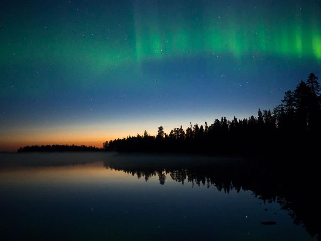 Paysage de Finlande avec une aurore boréale au dessus de Suomussalmi - Photo de Damonbeckford