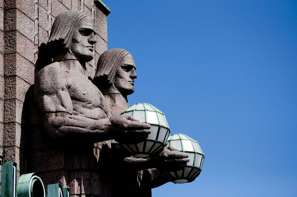 Impressionnantes statues jumeaux de la Gare d'Helsinki - Photo de CGP-Grey.