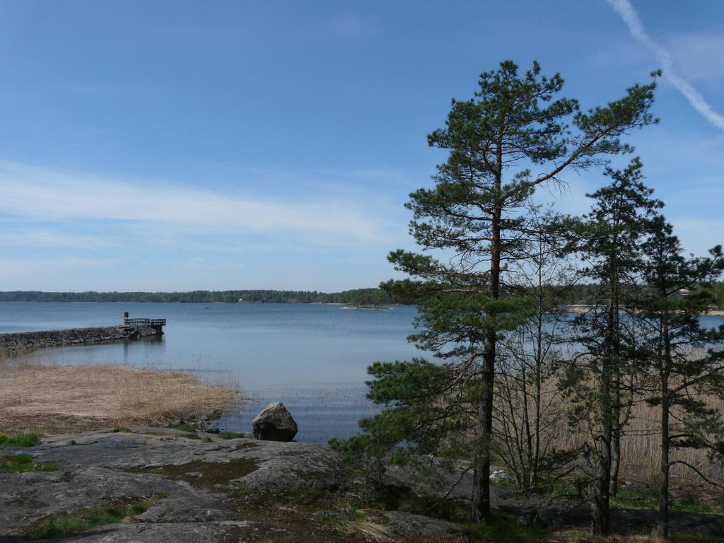 Lac au bord de l'hôtel Kulttuurikeskus Sofia près d'Helsinki