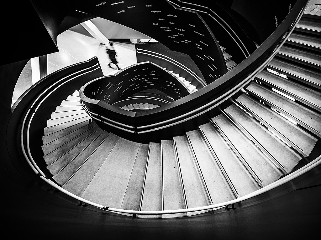 Monument à Helsinki : Escalier original de la bibliothèque Oodi. Photo de Giuseppe Milo