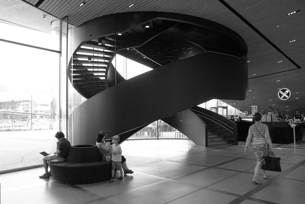 Monument à Helsinki : Escalier original de la bibliothèque Oodi.