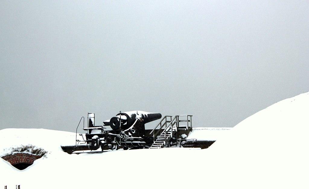 Canons de la forteresse Suomenlinna à Helsinki sous la neige. Photo d'Absent 08