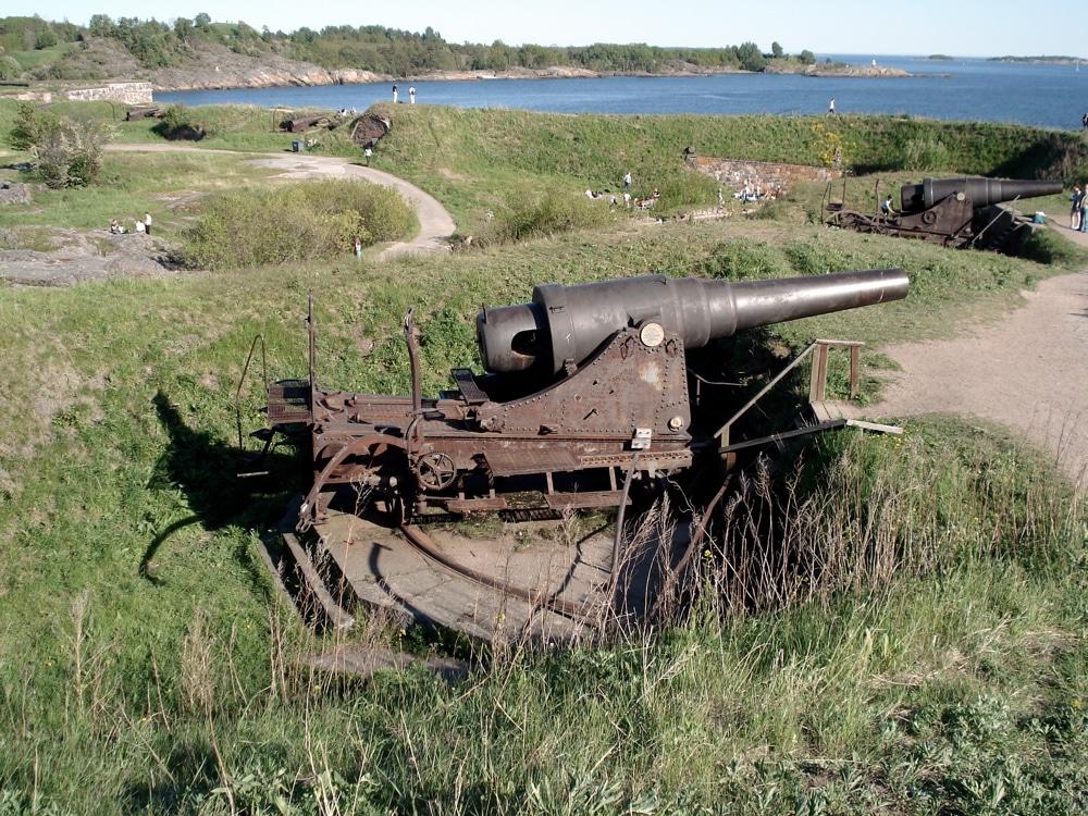 Canons de la forteresse Suomenlinna au large d'Helsinki. Photo de Balcer.