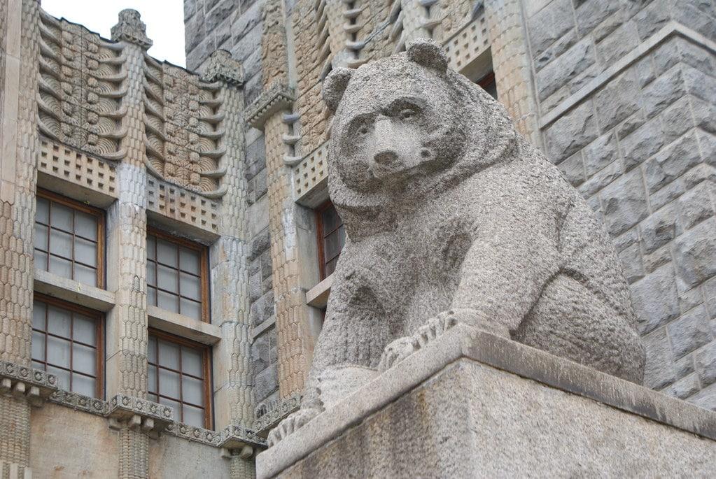 Statue d'ours devant le Musée National de Finlande à Helsinki.