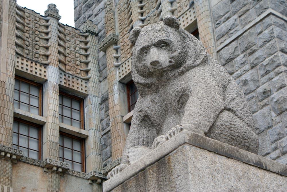 Ours, animal-dieu pendant des milliers d'années. Devant le Musée National d'Helsinki.