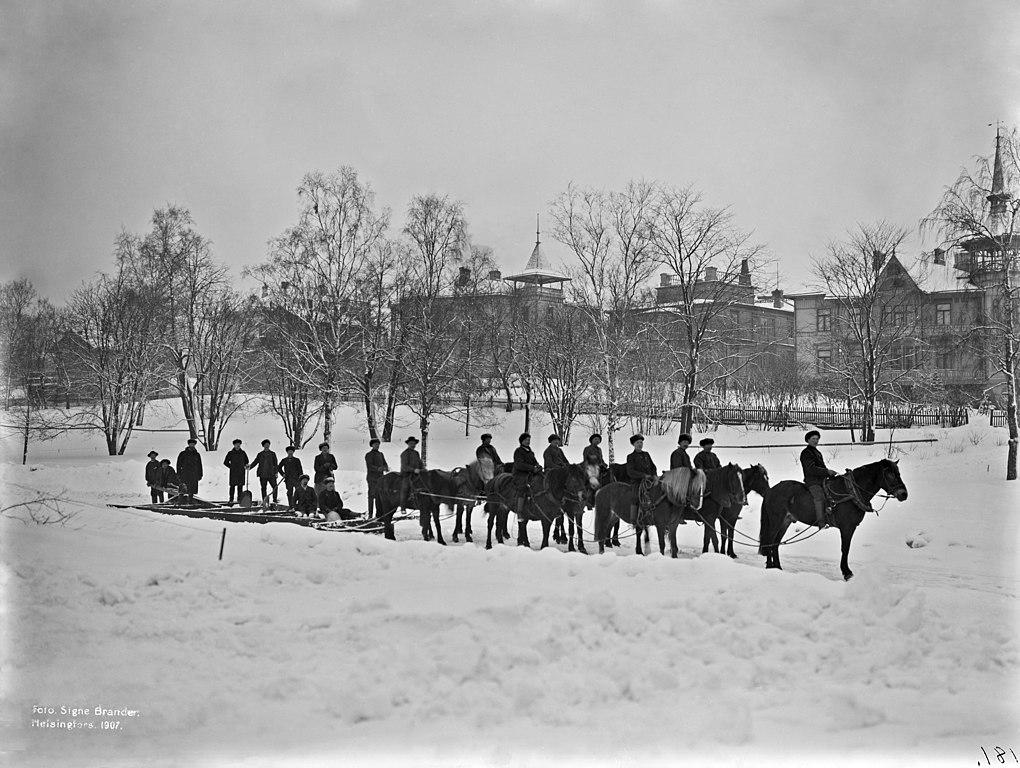 Chasse neige à cheval dans le sud d'Helsinki vers 1900.