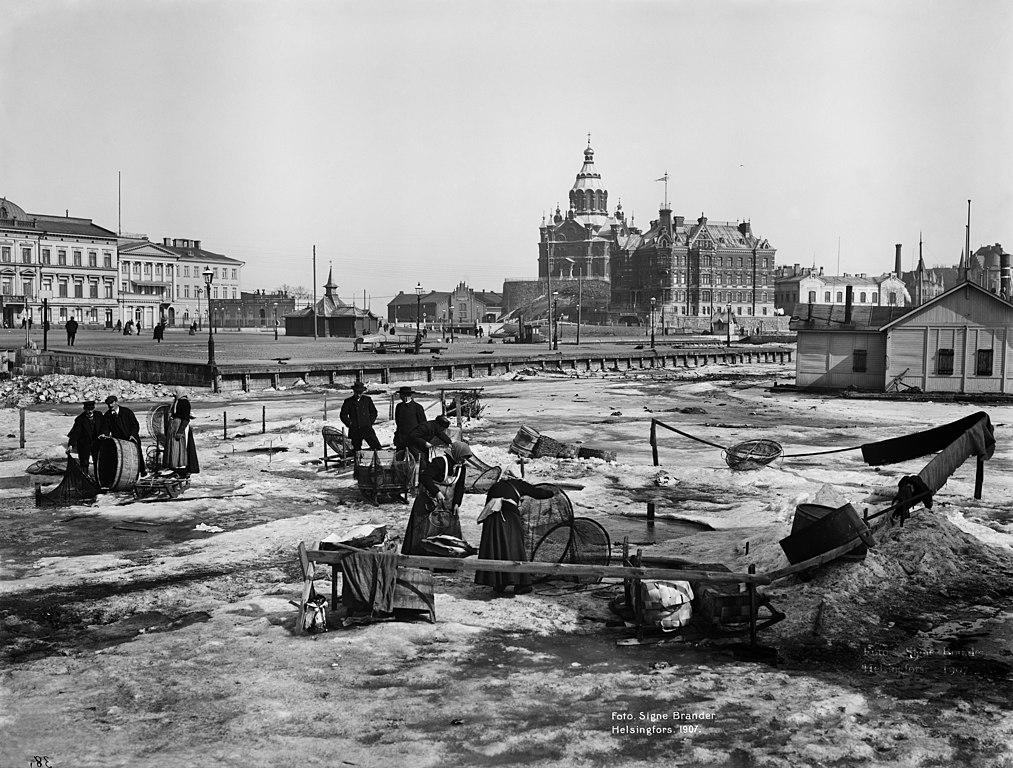 Pêche sous la glace dans le port d'Helsinki vers 1900.