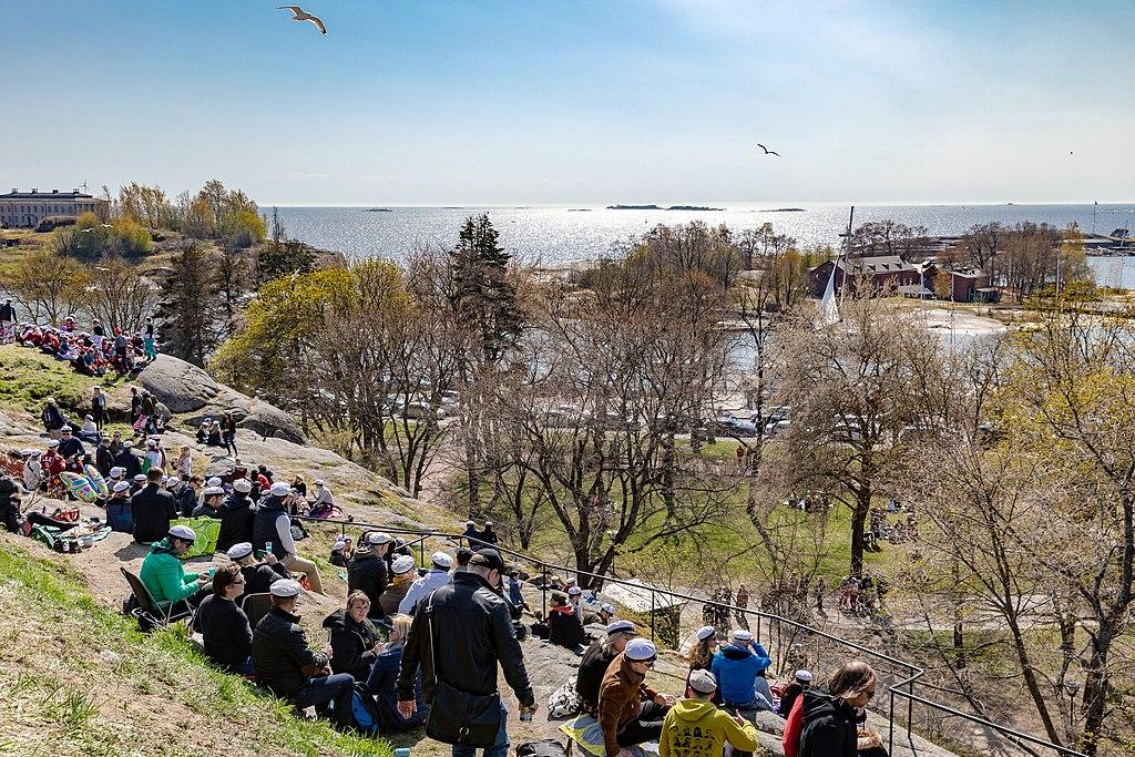 Fête du 1er mai sur les hauteurs du parc Kaivopuisto à Helsinki - Photo de Ninara