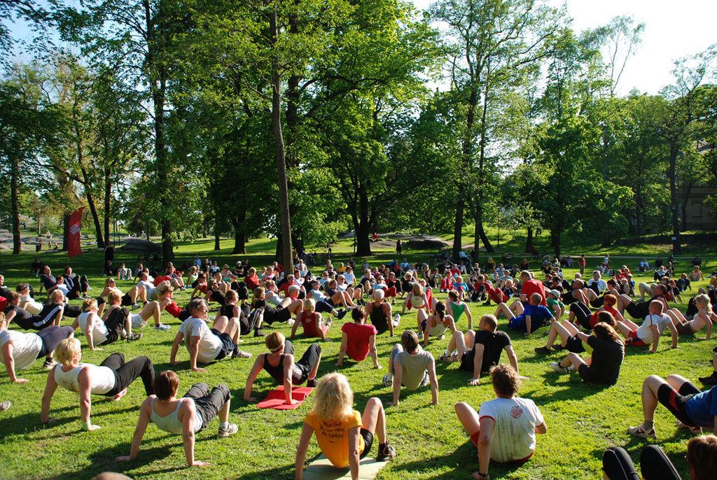 Exercices dans le parc Kaivopuisto à Helsinki - Photo de Jmyreen