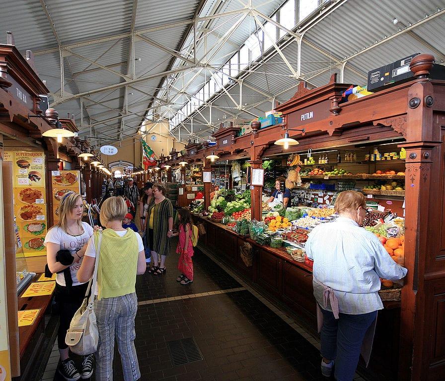 Dans le marché couvert de Kauppahalli à Helsinki - Photo de Mahlum