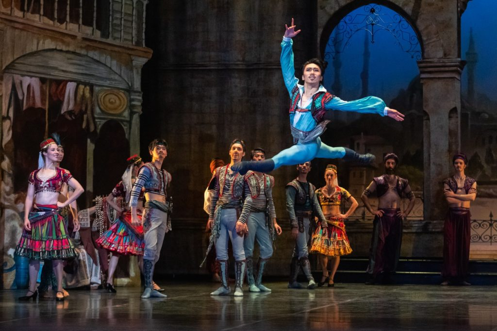 Sortir à Helsinki à l'opéra ou au ballet.