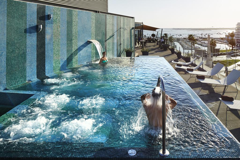 Rooftop+ piscine de l'hotel Faro Beach club avec vue sur le port et le Rio Formosa.