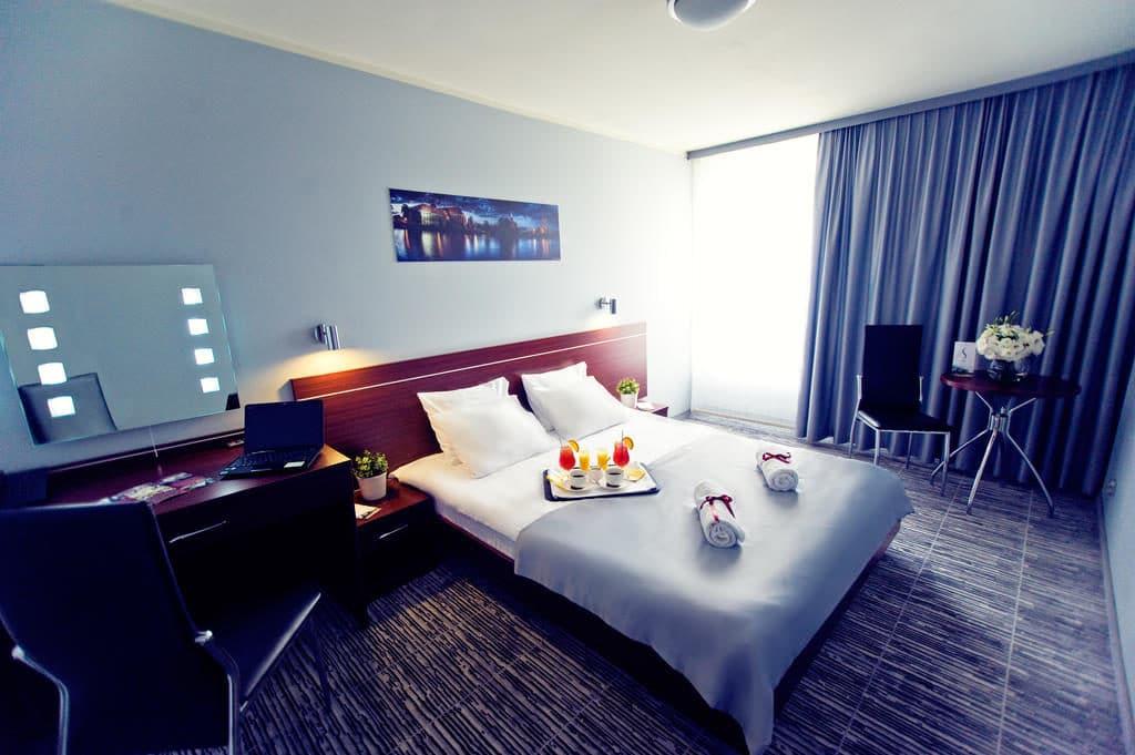 Chambre moderne de l'hotel Slask à Wroclaw.