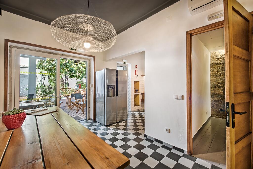 Cuisine à disposition et jardin dans l'hôtel Lemon Tree Stay à Faro.