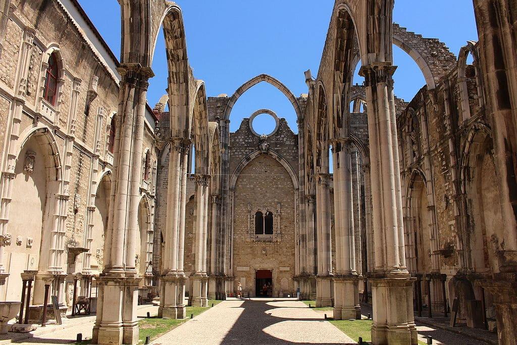 Nef de l'église des Carmes à Lisbonne. Photo de Singa Hitam