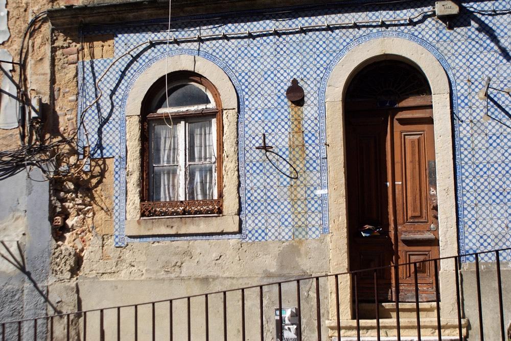 Façade couverte d'azulejos à Lisbonne.