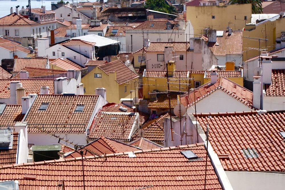 Toits et tuiles en pagaille dans le quartier de l'Alfama à Lisbonne.