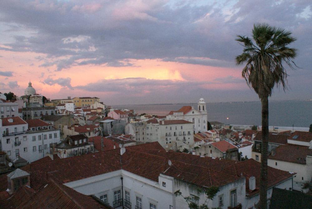 Vue sur le quartier d'Alfama depuis la miradouro Portas do Sol à Lisbonne.