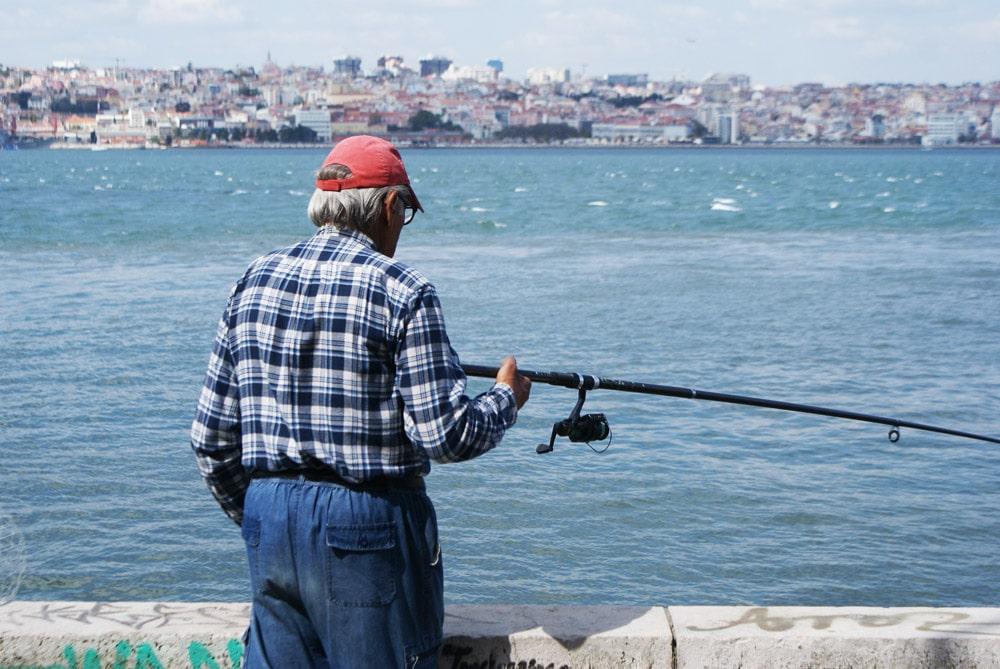 Partie de pêche à Almada sur la rive sud de Lisbonne.
