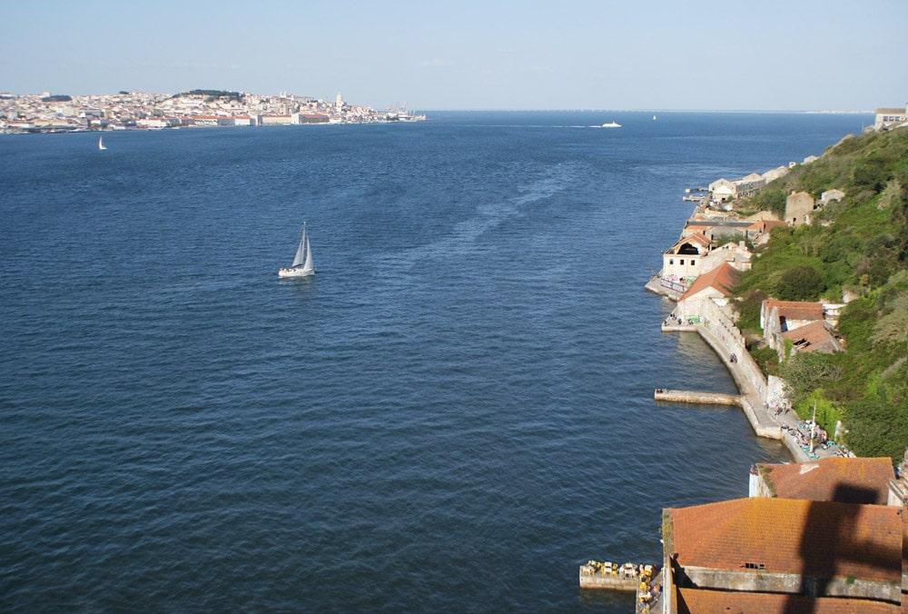 La vue en haut de l'ascenseur de Boca do Vento sur le Tage, les voiliers et Lisbonne.