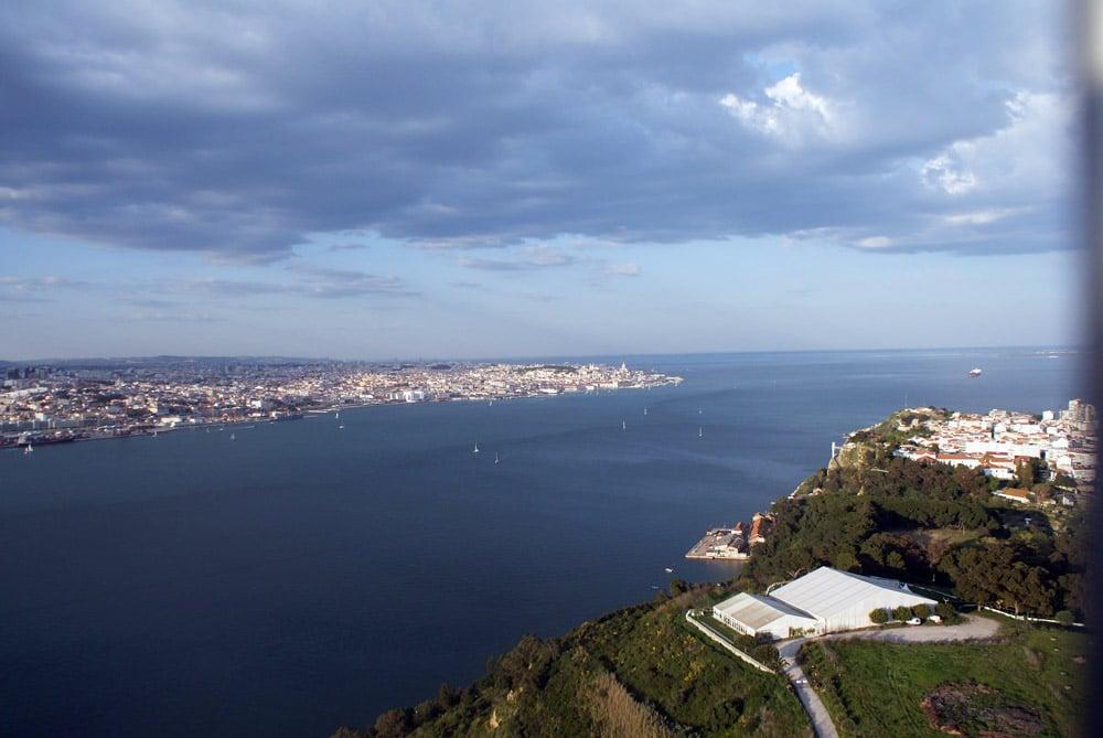 Vue panoramique assez incroyable depuis le sommet de la statue de Jésus roi à Lisbonne.